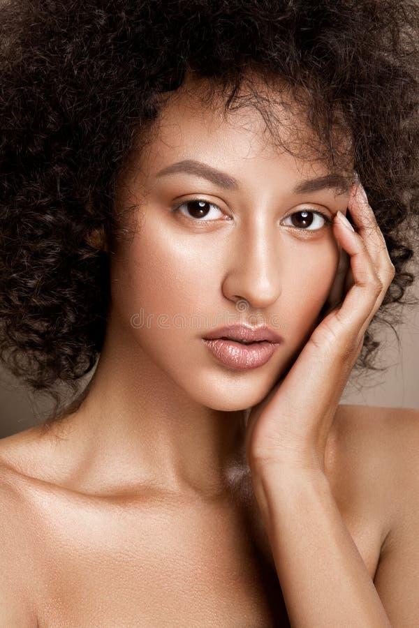 Het portret van de manierstudio van mooie Afrikaanse Amerikaanse vrouw stock fotografie