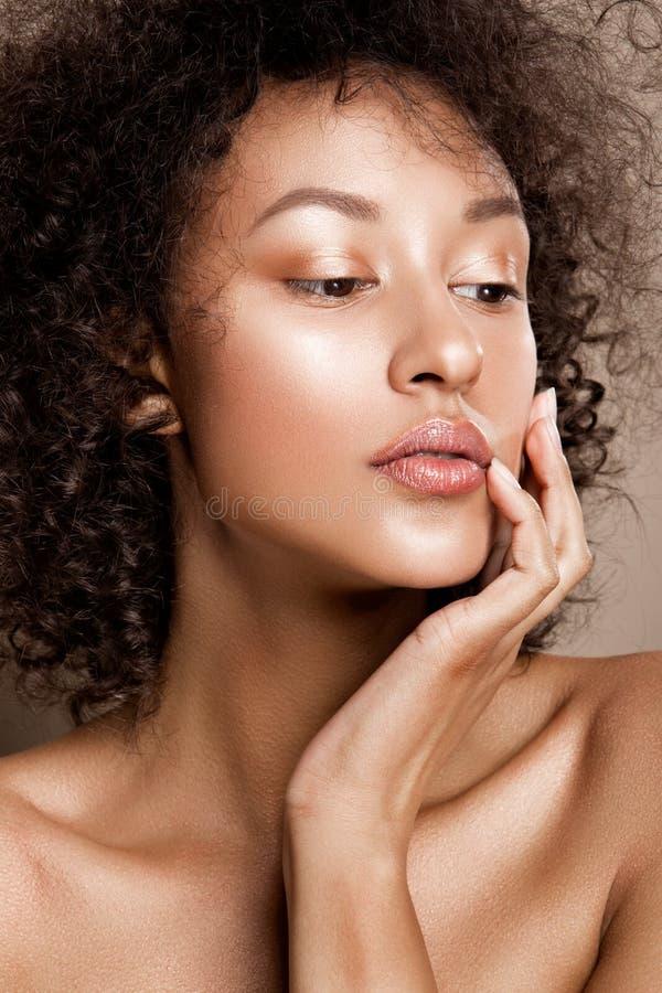 Het portret van de manierstudio van mooie Afrikaanse Amerikaanse vrouw royalty-vrije stock afbeelding