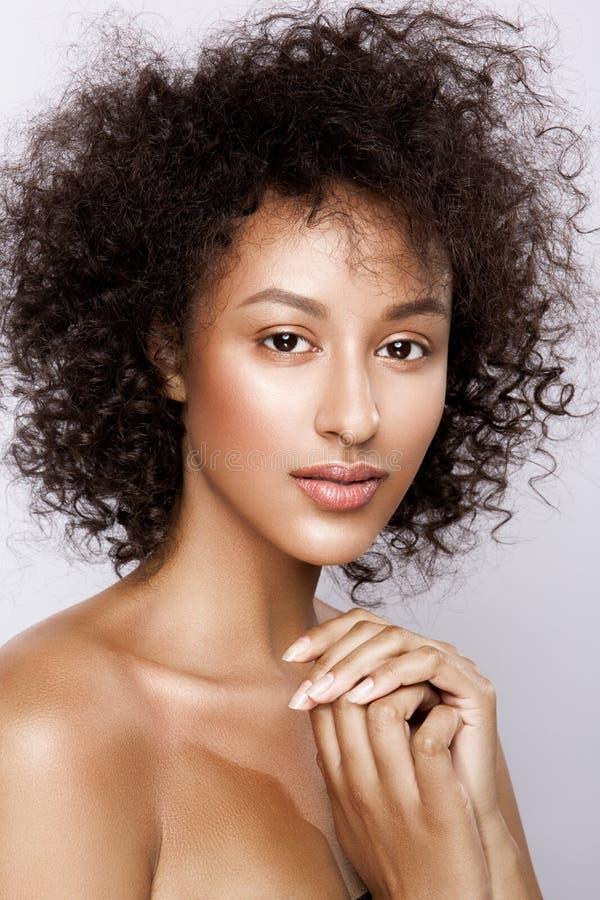 Het portret van de manierstudio van mooie Afrikaanse Amerikaanse vrouw met perfecte vlotte gloeiende mulathuid, maakt omhoog stock afbeelding