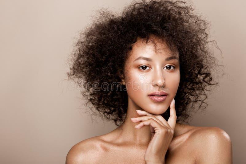 Het portret van de manierstudio van mooie Afrikaanse Amerikaanse vrouw met perfecte vlotte gloeiende mulathuid, maakt omhoog stock foto