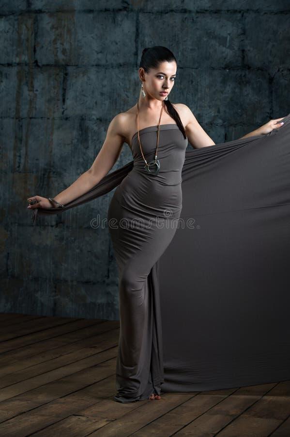 Het portret van de manierstudio van sensuele vrouw met donker haar en brig royalty-vrije stock foto's