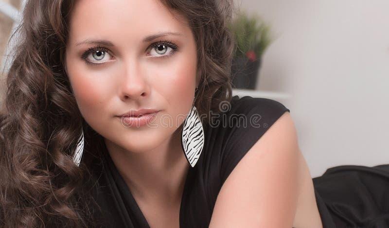 Het portret van de maniervrouw tegen witte muur stock fotografie