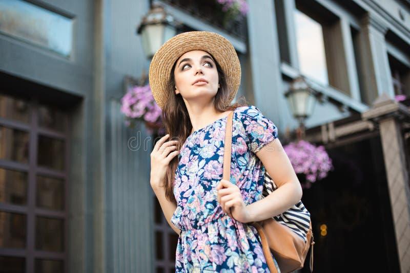 Het portret van de maniervrouw van het jonge vrij in meisje stellen bij de stad in Europa royalty-vrije stock foto's