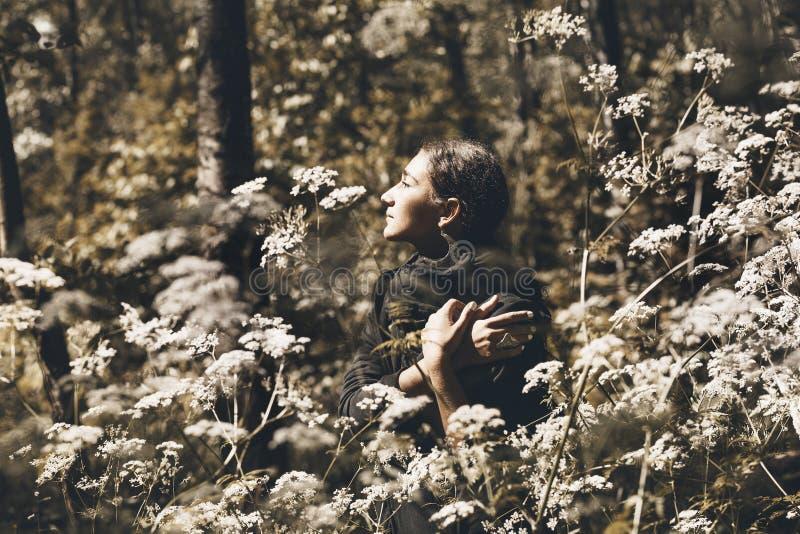 Het portret van de mannequin Mooie jonge vrouw in bos royalty-vrije stock foto's