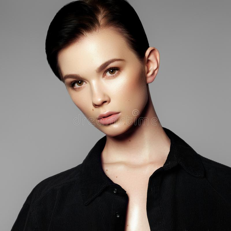 Het portret van de mannequin Mooie jonge vrouw op grijze achtergrond Model met natuurlijke make-up De manier maakt omhoog stock foto's