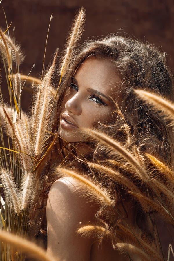 Het portret van de mannequin Mooie jonge vrouw in openlucht bohovarkenskot royalty-vrije stock foto's