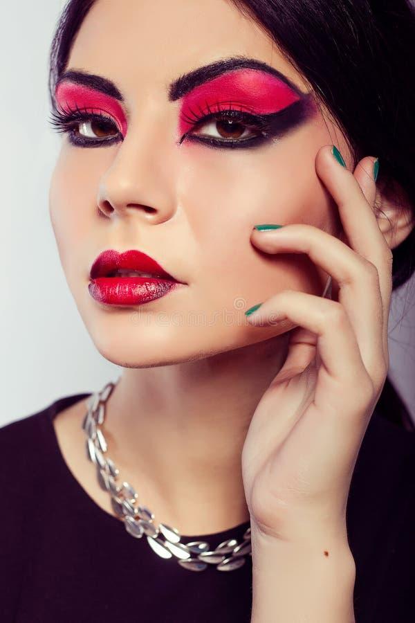 Het portret van de mannequin Scharlaken make-up Zwarte pijlen stock afbeeldingen