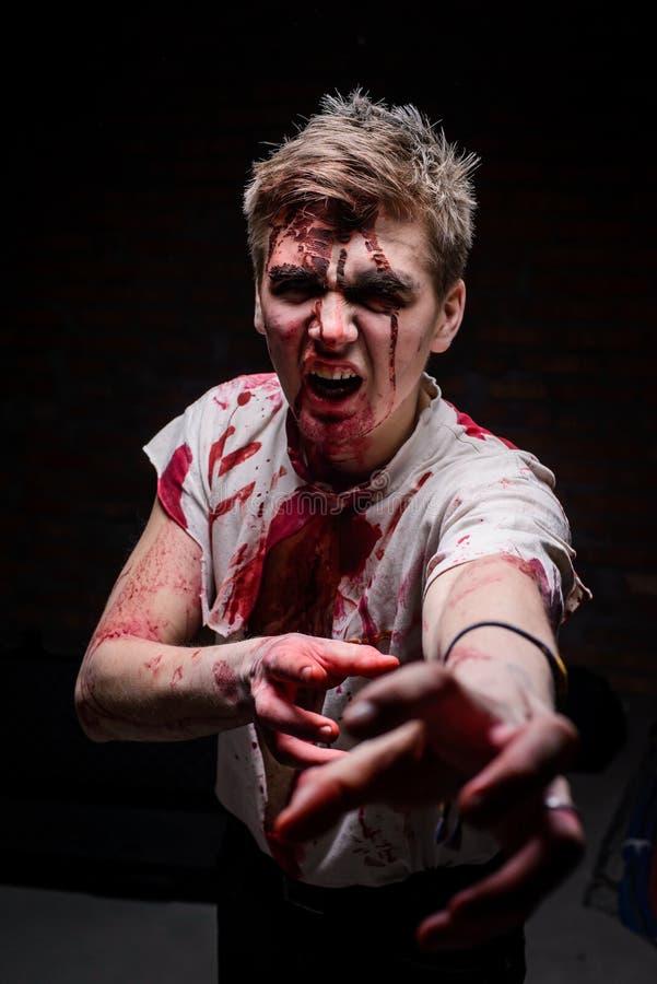 Het portret van de mens kleedde zich als zombie stock foto's