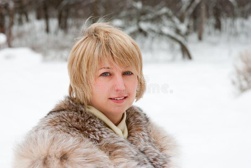 Het portret van de middenleeftijdsvrouw stock foto's