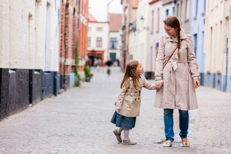 Het portret van de moeder en van de dochter in openlucht stock fotografie