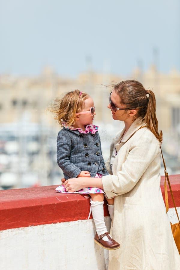 Het portret van de moeder en van de dochter in openlucht stock foto's