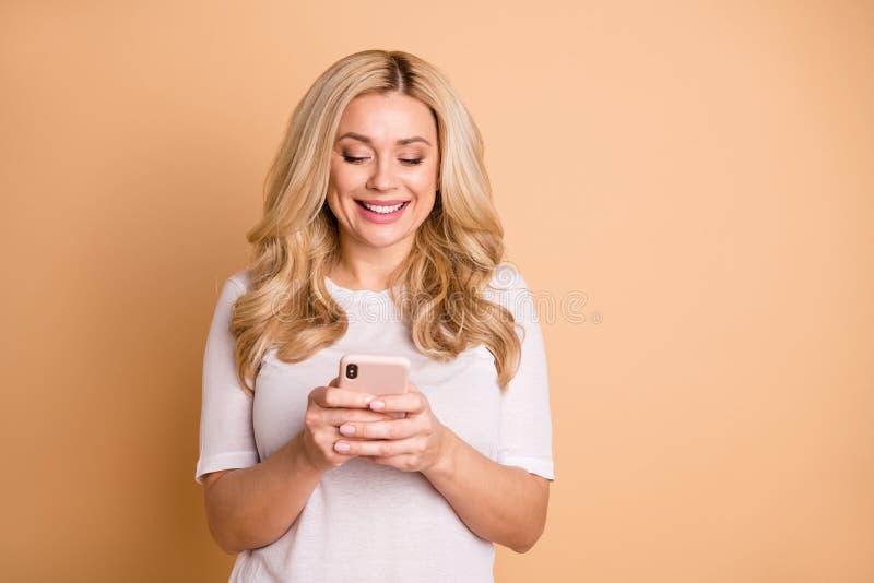Het portret van de mooie charmante millennial moderne technologie van de greephand gelezen nieuwsinformatie heeft sociale netwerk stock afbeeldingen