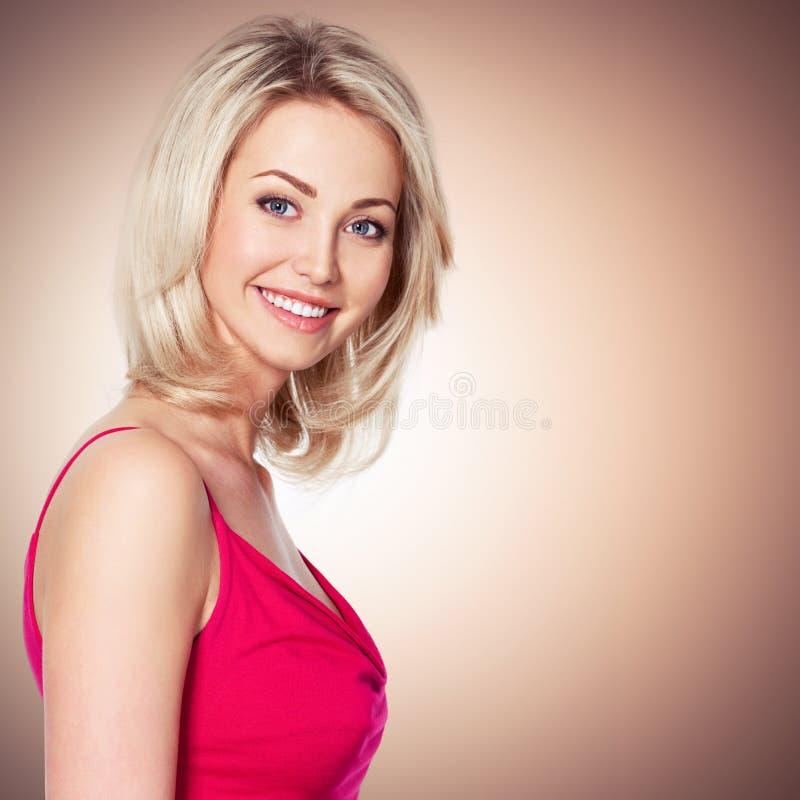 Het portret van de mooie jonge vrouw die met glimlach bekijken kwam royalty-vrije stock foto's