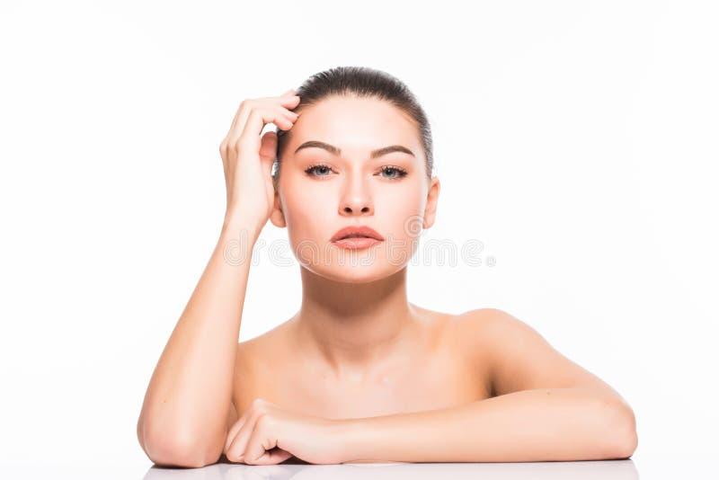 Het portret van de schoonheid Beautiful Spa Vrouw wat betreft haar Gezicht Zuiver Schoonheidsmodel Geïsoleerdj op witte achtergro royalty-vrije stock afbeelding