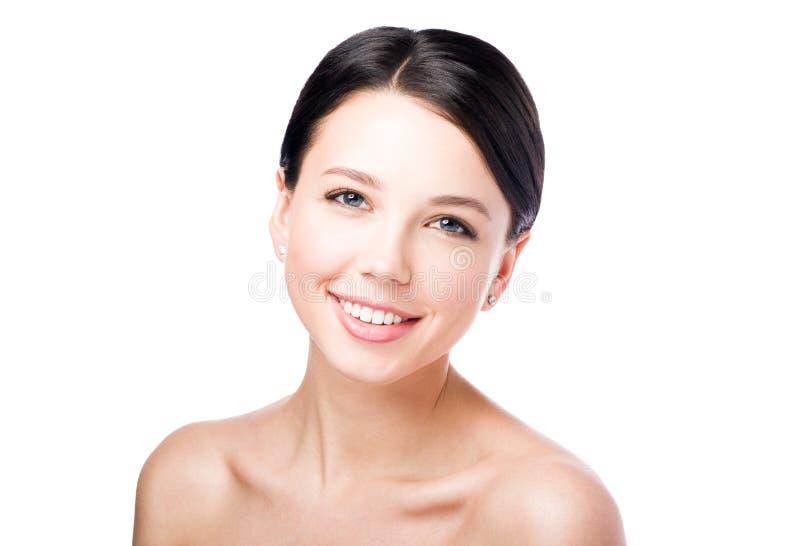Het portret van de schoonheid van glimlachende vrouw Perfecte huid en Naakte make-up stock foto's