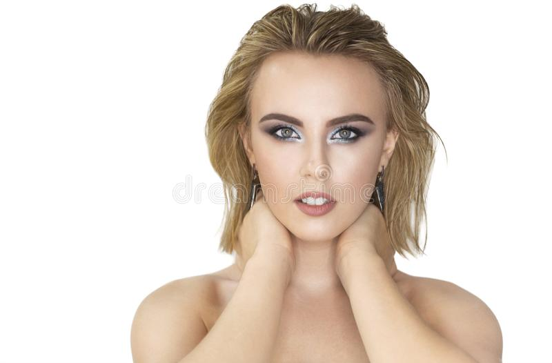 Het portret van de schoonheid Mooie blonde vrouw met perfecte verse huid en haar met nat effect stock fotografie