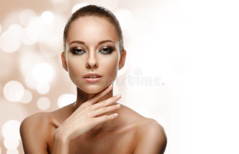 Het portret van de schoonheid Mooie vrouw wat betreft haar gezicht royalty-vrije stock afbeeldingen
