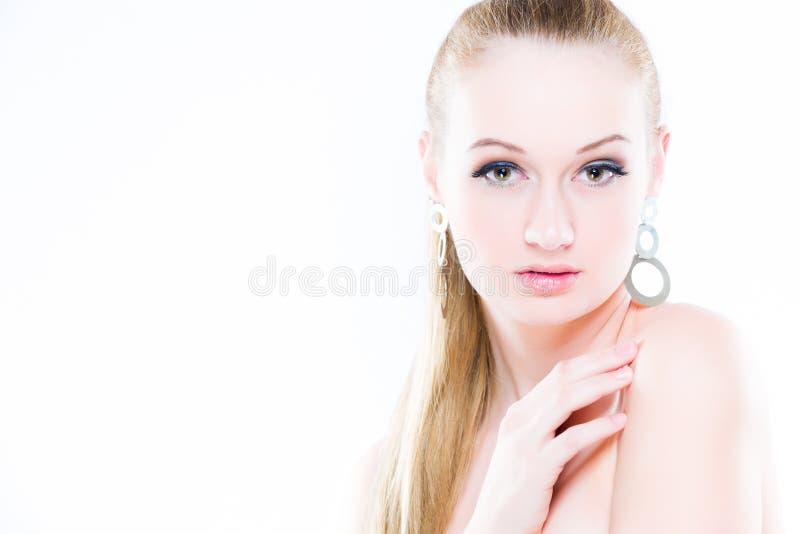 Het portret van de schoonheid Op witte achtergrond Perfecte Verse Huidclose-up Geïsoleerdj op witte achtergrond De jeugd en het C royalty-vrije stock fotografie