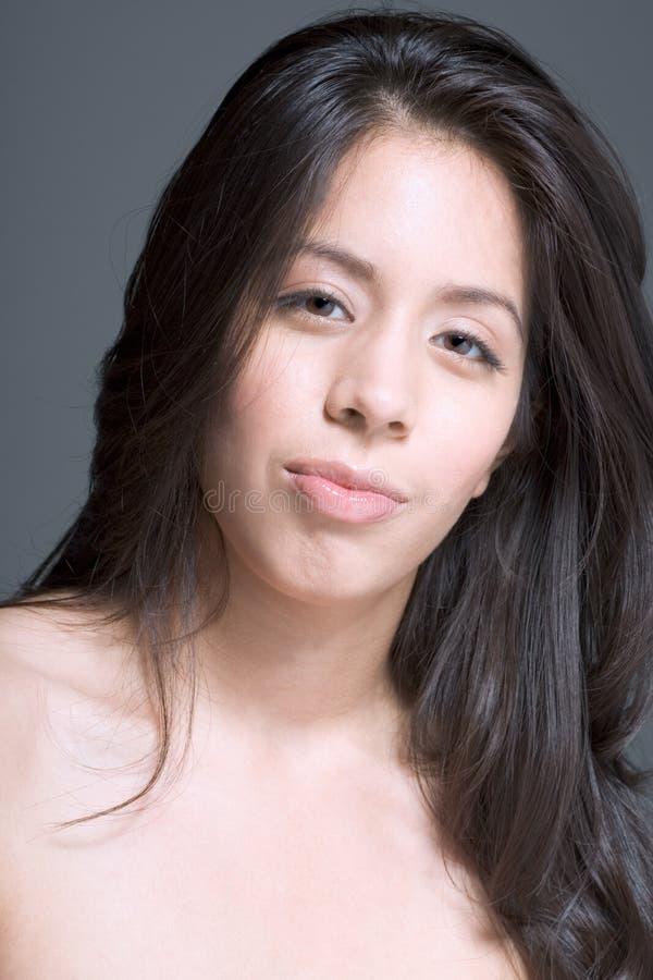 Het portret van de schoonheid van de vrouw van Latina met lang haar stock afbeeldingen