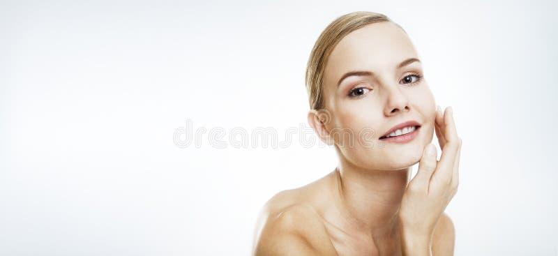 Het portret van de schoonheid van een jonge vrouw stock foto's