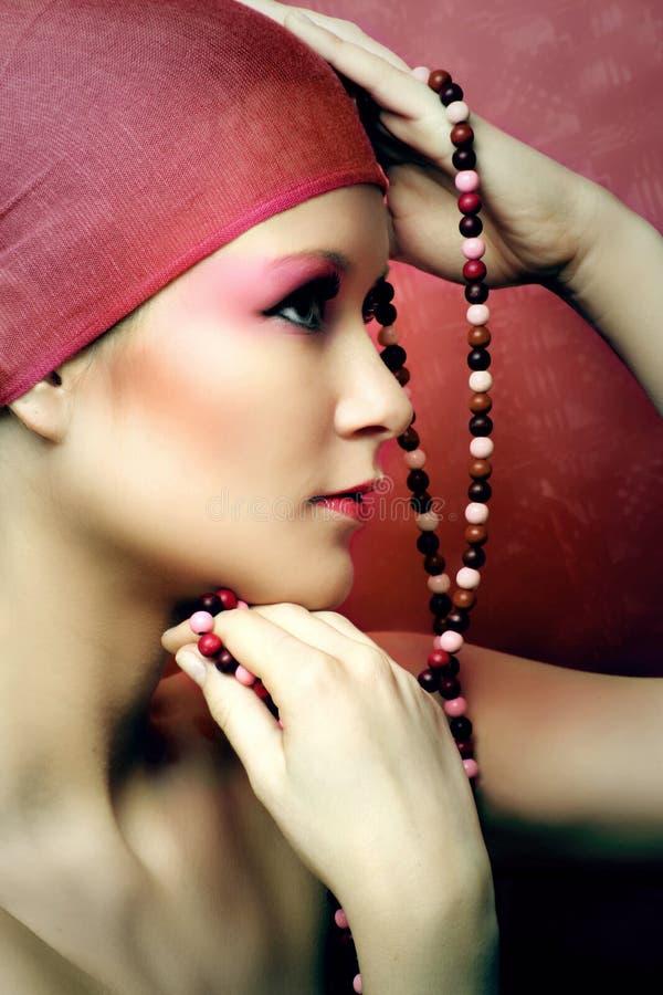 Het portret van de schoonheid van een vrouw met een ketting royalty-vrije stock afbeeldingen
