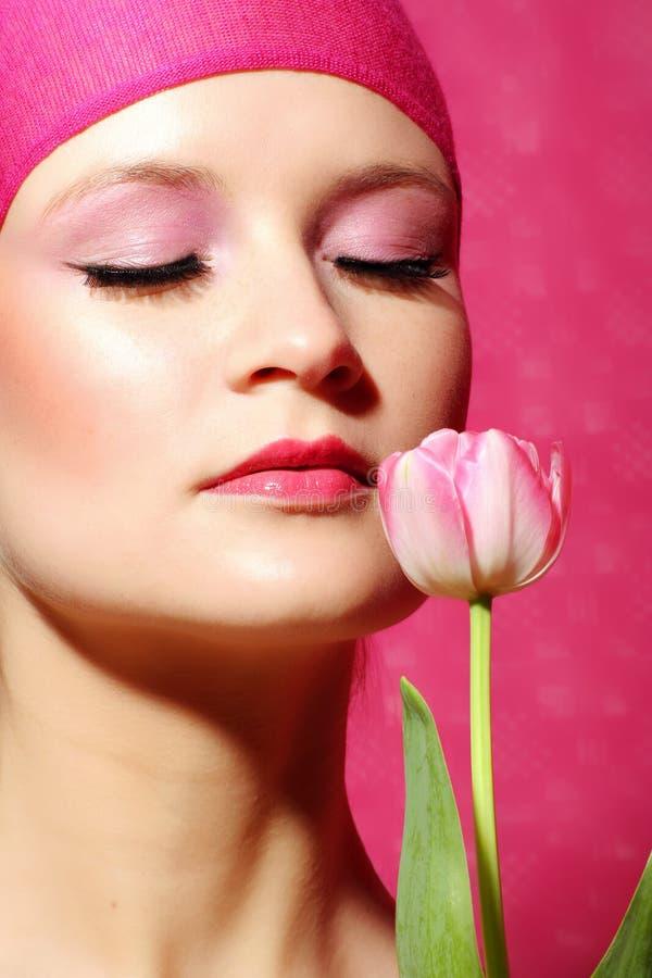 Het portret van de schoonheid van een vrouw in roze royalty-vrije stock afbeelding
