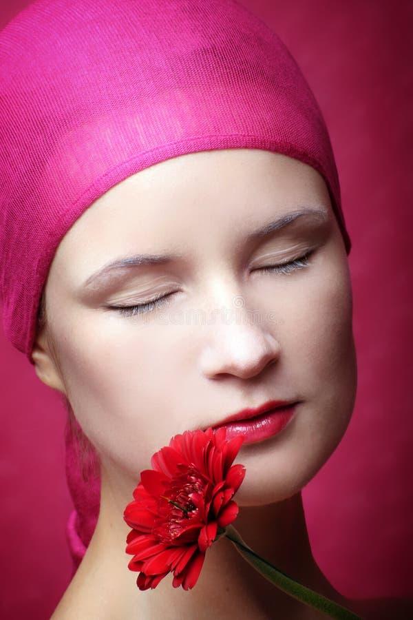 Het portret van de schoonheid van een vrouw in roze stock foto's