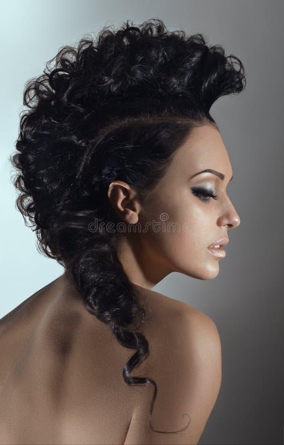Het portret van de schoonheid van jonge vrouw met kapsel stock fotografie