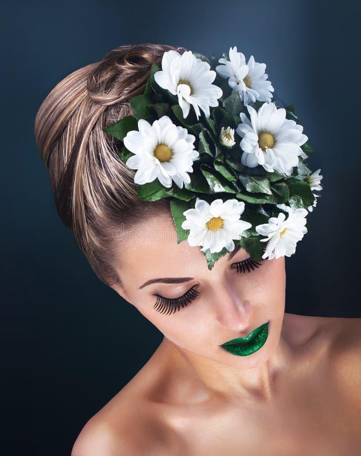 Het portret van de schoonheid van jonge vrouw met verse bloemen stock afbeeldingen