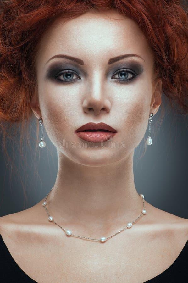 Het portret van de schoonheid van vrouw in juwelen stock afbeeldingen