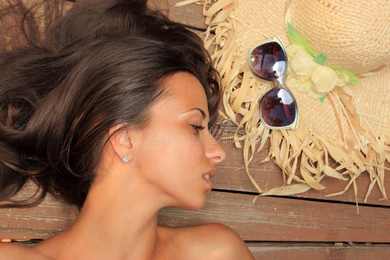 Het portret van de schoonheid van vrouw op het strand stock fotografie