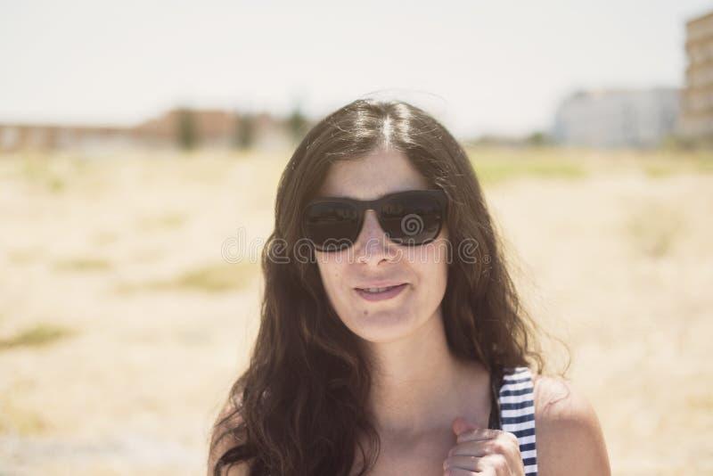 Het portret van de schoonheids in openlucht vrouw met zonnebril in de zomer royalty-vrije stock foto