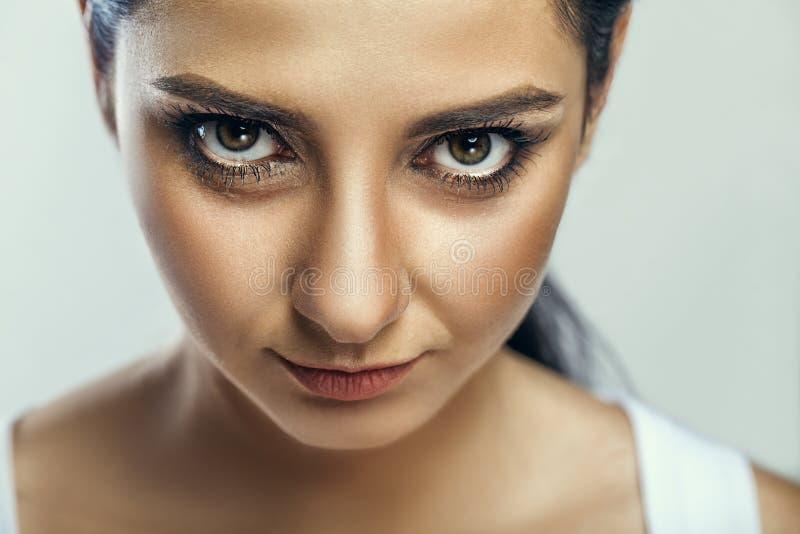 Het portret van de schoonheidsmanier van jong mooi donkerbruin meisje met lo stock foto
