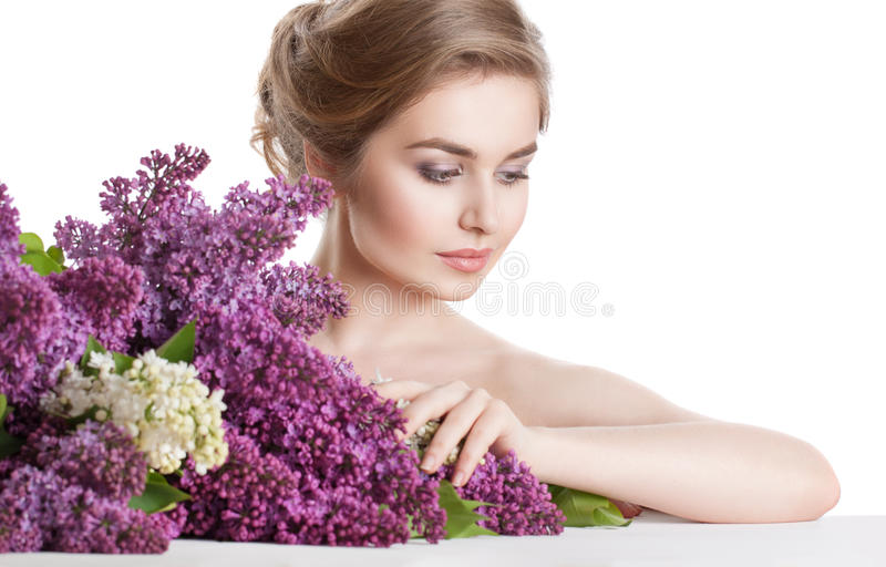 Het portret van de schoonheidsmanier van een jonge vrouw met een reusachtig boeket van bloemen stock fotografie
