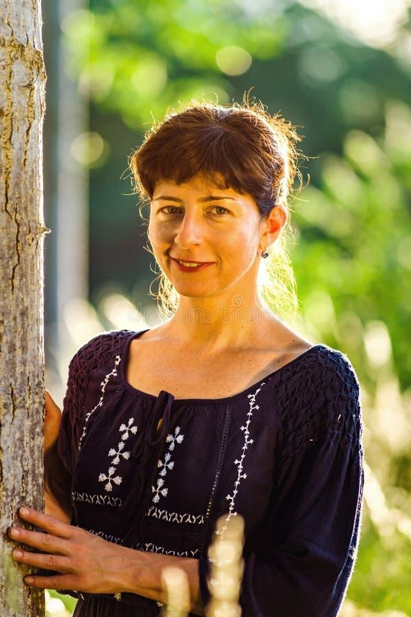 Het portret van de schoonheidsvrouw in het de zomerbos stock foto's