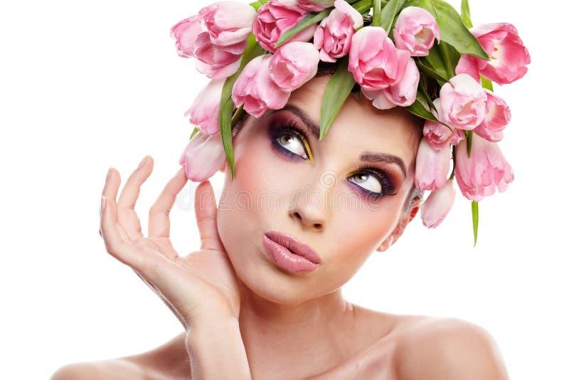 Het portret van de schoonheidsvrouw met kroon van bloemen op hoofd over whit stock foto's