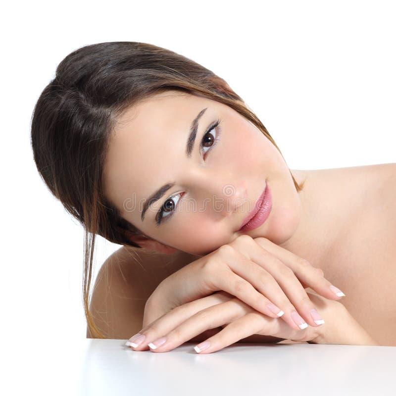 Het portret van de schoonheidsvrouw met perfecte huid en Franse manicure in handen stock afbeeldingen