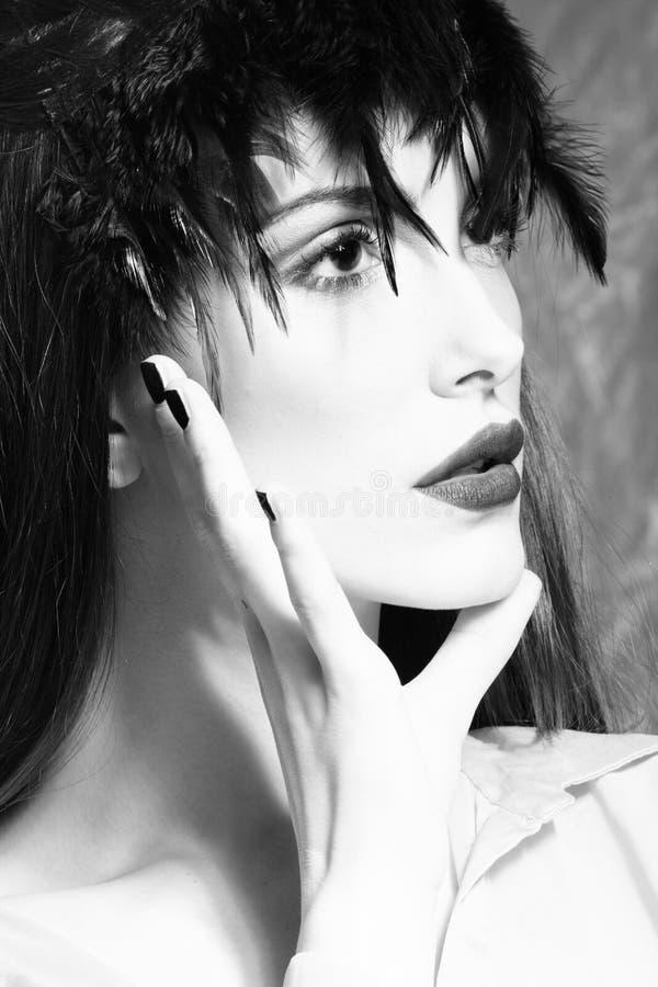 Het portret van de schoonheidsvrouw met veren stock fotografie