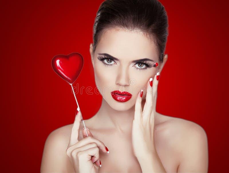 Het Portret van de schoonheidsvrouw. Professionele Make-up voor Brunette met Rood royalty-vrije stock foto