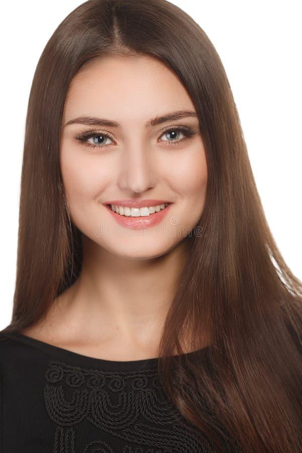 Het portret van de schoonheidsvrouw van tienermeisje het mooie vrolijke genieten van met lang bruin haar en schone die huid op wit stock foto's