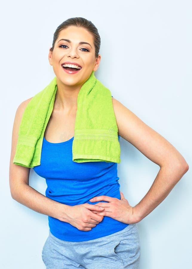Het portret van de sportstijl van gelukkige glimlachende vrouw met groene handdoek  stock foto
