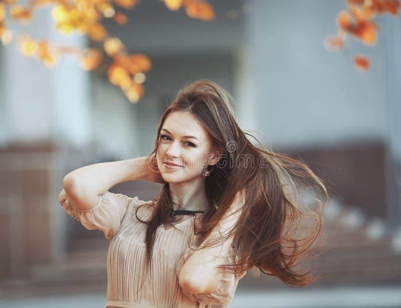 Het portret van de straatmanier van jonge dame. royalty-vrije stock fotografie