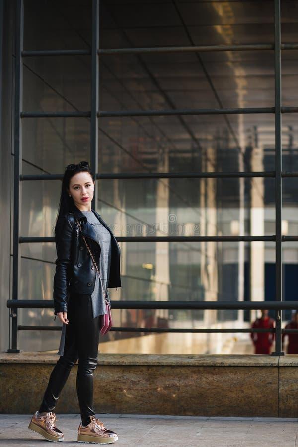 Het portret van de straatmanier van jonge mooie vrouw in zwarte leath royalty-vrije stock foto