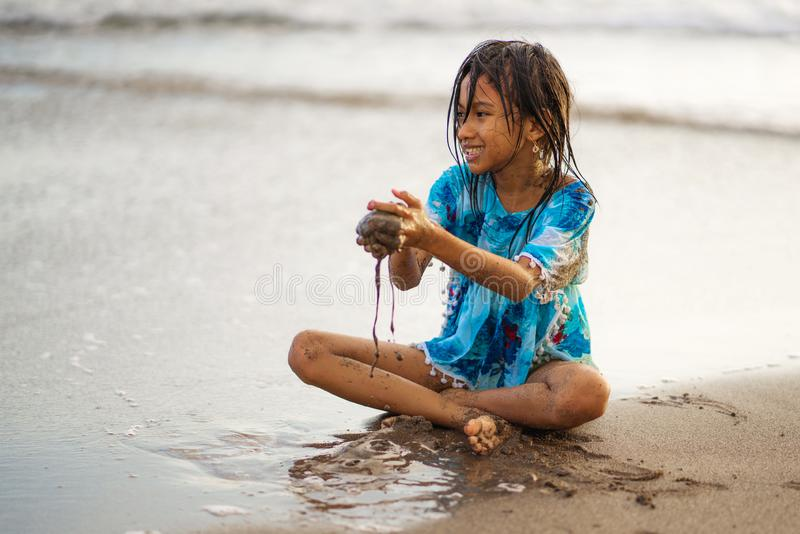 Het portret van de strandlevensstijl van jonge mooie en gelukkig Aziatisch Amerikaans gemengd meisje 7 of 8 van het het behoren t stock fotografie