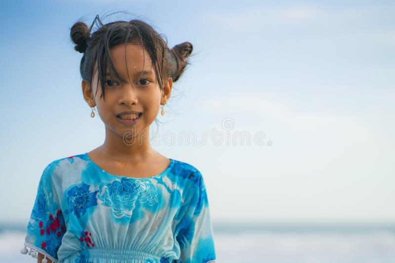 Het portret van de strandlevensstijl van de jonge mooie en gelukkig Aziatisch jaar van kindmeisje 8 of 9 oud met het leuke dubbel stock afbeeldingen