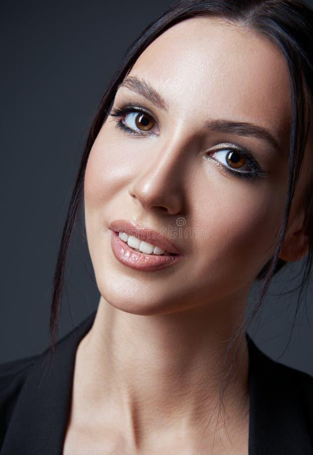Het portret van de studio van mooie jonge vrouw Close-up van mooi meisje tegen grijze achtergrond stock afbeeldingen