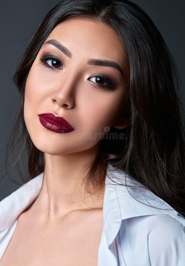 Het portret van de studio van mooie jonge vrouw Close-up van zoet meisje tegen grijze achtergrond royalty-vrije stock fotografie