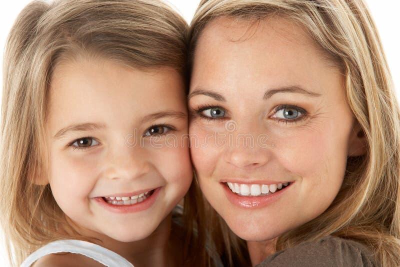 Het Portret van de studio van Moeder die Jonge Dochter koestert stock fotografie