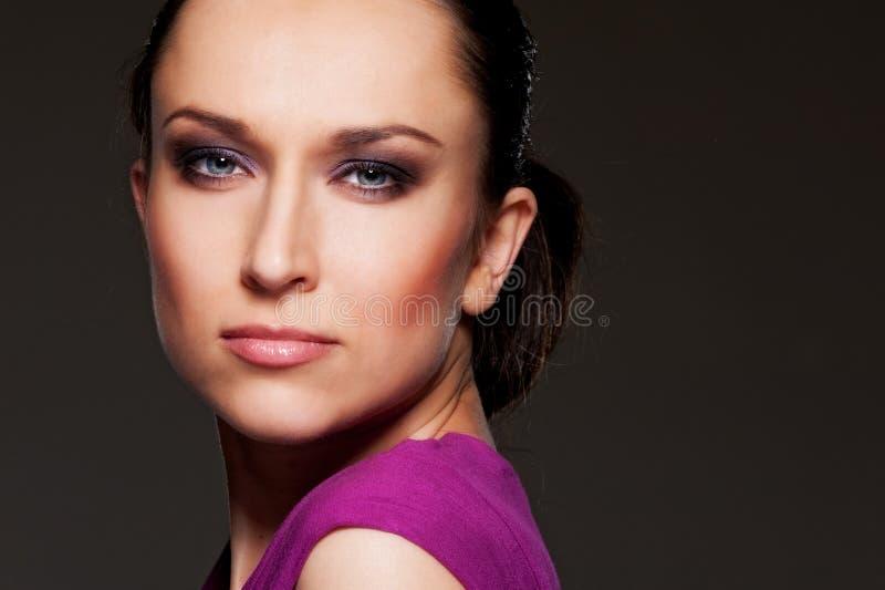 Het portret van de studio van mooie vrouw over dark stock foto's
