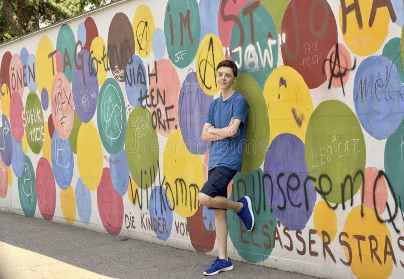 Het portret van de tienerjongen dichtbij graffitimuur - BAZEL - Zwitserland - 21 royalty-vrije stock afbeelding